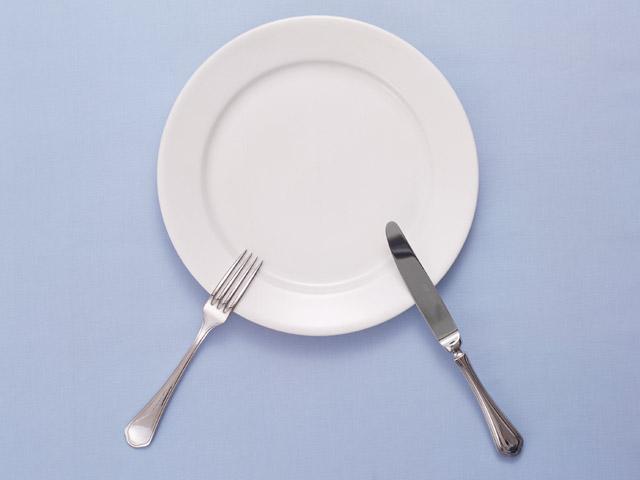 食べ過ぎを抑えたいと思う時に、食べるといいものは次のうちのどれ? 1.甘いお菓子  2.パン  3.白米ご飯  4.麦ご飯  5.野菜サラダメイン画像