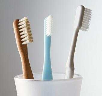歯を1日1回磨く人と2回磨く人で、見た目の年齢には何歳くらい差が出るでしょう?<BR>(1)差は出ない (2)2歳 (3)4歳メイン画像